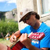 <strong>Markus beim Gitarrespiel vor seiner Unterkunft<strong><strong><strong></strong></strong></strong></strong>© Stefan Brunner