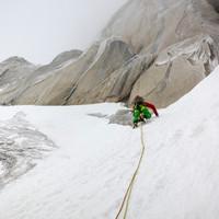 <strong>Ein kurzes, leichtes Schneeband führt nach links ums Eck zu dem Gully wo das Eisklettern beginnt</strong>
