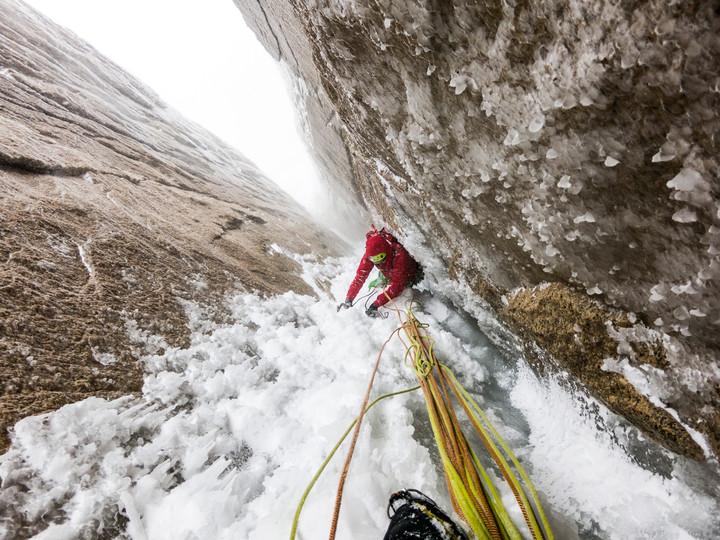 <strong>Stefan klettert in Kamintechnik den Exocet-Gully empor. Der Eisaufbau war bei uns blumig-balkonig</strong>© Timo Moser
