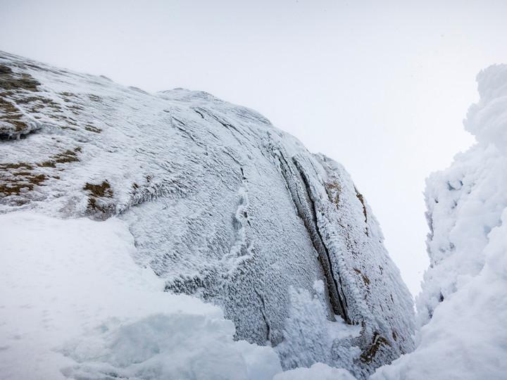<strong>Eine anspruchsvolle Mixedlänge <span>gepaart mit starkem Wind führen uns zum Gipfel und bilden den Abschluss dieser Tour</span></strong><span class=>© Timo Moser</span>