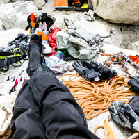 <strong><span>Zufrieden sitzen wir am nächsten Tag mit Sonnenschein auf dem wärmenden Stein im Niponino. <strong>Füße hochlagern und genießen</strong></span></strong><span class=>© Timo Moser</span>