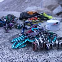 <strong>Unser Equipment für die Tour; Camalots (Friends), Eisschrauben, Expressschlingen und noch reichlich mehr</strong>© Stefan Brunner