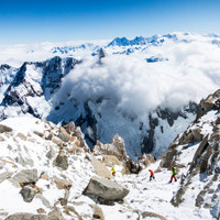 <strong>Abstieg zu den Abseilpisten vom Fitz Roy. Im Hintergrund der wolkenverschleierte Cerro Torre</strong>