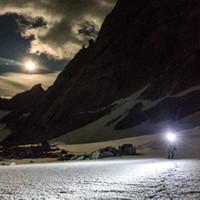 <strong>Nächtlicher Zustieg über den Gletscher zur Supercanaleta.<span>Während des Zustiegs reisst die Wolkendecke auf und der Mond kommt hervor - gewaltig</span></strong><span class=>© Timo Moser</span>