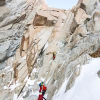 <strong>Roli in der ersten anspruchsvollen Mixedlänge nach dem 1200 m langen Eisschlauch am<span>Bloque Empotrado<span></span></span></strong><span class=>© Timo Moser</span>