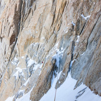 <strong>Ein kurzer Abseiler und eine Schneequerung führt uns zum Felsgrat der nun bis zum Gipfelhang empor zieht</strong>