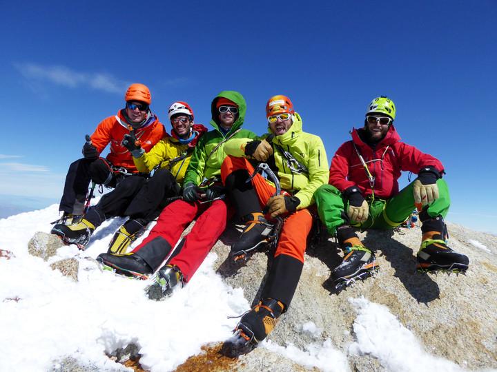 <strong><strong><span>Unser gemütlichster Gipfeltag dieser Reise - windstill und sonnig.</span>Sepp, Timo, Peter, Roli und Stefan am Fitz Roy</strong></strong>© Sepp Inhöger