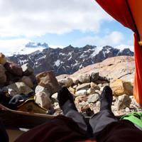 <strong><strong>Blick aus unserem Zelt. Bei dieser Helligkeit und Tageszeit fällt uns das Schlafen ziemlich schwer</strong></strong>© Stefan Brunner