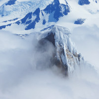 <strong><strong>Der Gipfeleispilz des Torres ist spektakulär an die steilen Granitwände geklebt</strong></strong>© Sepp Inhöger