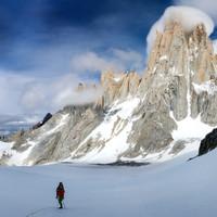 <strong>Fitz Roy mit der Supercanaleta (kerzen gerader Schneeschlauch) im Hintergrund, Stefan beim Zustieg im Vordergrund</strong>