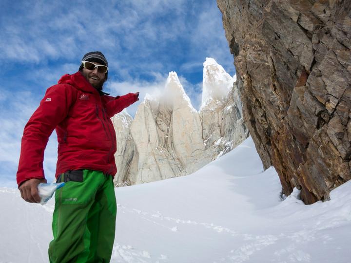 <strong><span>Der Cerro Torre zeigt sich verwegen und<strong>verschleiert</strong>hinter Wolkenfetzen.</span><span class=></span>Stefan zeigt in gebotener Geilheit auf unser morgiges Ziel</strong><span class=>© Timo Moser</span>