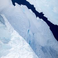 <strong>Gipfelseillänge mit der markanten Schneerippe die in dem blauen Loch endet. Jungfräuliche Verhältnisse bevor die Wühlmaus startet</strong>