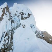 <strong>Routenübersicht; zuerst leichtes Mixedgelände gefolgt von steilen Eislängen die durch den blauen Schlitz ganz links oben führen</strong>