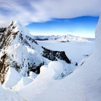 <strong>Stefan steigt gerade die ersten steileren Eislängen in surreal fantastischer Umgebung zum Elmo nach.<span>Die Fantasiekletterei kann beginnen - Anraum, Eis und Schnee sind die Elemente</span></strong><span class=>© Timo Moser</span>
