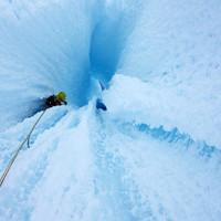 <strong>Einzigartige Kletterei durch den Eistunnel im oberen Drittel der Ragni Route am Cerro Torre.Wie in einem Eisklettertraum - natürlich geformte Eiskanäleaus blauem, kompakten Eis<strong></strong></strong>© Stefan Brunner</p> <p>
