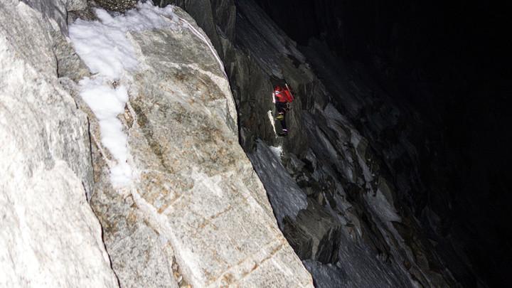 <span><strong>Nachts klettern wir im Zustieg drei Mixedlängen und steigen weiters über Schneegelände bis zum Col de la Esperanza empor</strong></span><span class=>© Stefan Brunner</span>