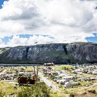 <strong>Das kleine Bergsteigerdorf El Chalten mit dem Felsriegel im Hintergrunde. Hier befinden sich einige Klettergärten und ca. 5 Mehrseillängenrouten von 6a-6c</strong>