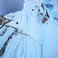 <strong>Die neunzig Grad steilen sehr strukturlosen, glatten und anstrengenden Eislängen beginnen</strong>© Stefan Brunner