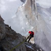 <strong>Abseilend gehts hinab, im Hintergrund sieht man den Gipfel des <span>Aguja Rafael Juárez</span></strong>© Stefan Brunner
