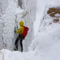 <strong>Ich kann eine solide Eisschraube setzen bevor es in den felsigen Abschnitt geht<strong><strong></strong></strong></strong>© Stefan Brunner
