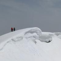 Führungstour am Rochefortgrat in Chamonix, Bergführer mit Gast am Sprungseil.