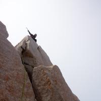 <span><strong>Timo für wenige Sekunden bei starkem und eisigem Wind am Gipfel der Poincenot</strong></span><span class=>© Stefan Brunner</span>