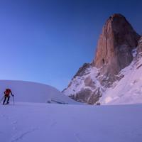 </p> <p><strong>Zustieg zur Whillans-Cochrane auf die Poincenot mit Schneeschuhen im Morgenlicht</strong><span>© Stefan Brunner</span></p> <p>