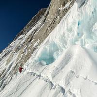 <strong>Timo quert unter dem Bergschrund zur Whillans-Cochrane Rampe</strong>© Stefan Brunner