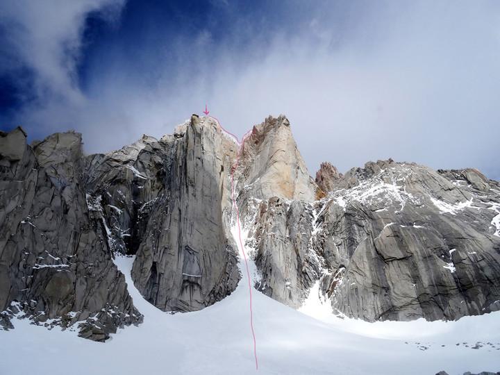 <strong><strong>Routenverlauf - <span>Die Supercanaleta (Superkanal) ist der 1200 m emporziehende Schneegully, im oberen Bereich zieht die Route rechts in die Felsrippe</span></strong></strong>© Roli Striemitzer