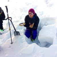 <strong>Mit Händen und Füßen versuchen wir die Materie Schnee und ihre Umwandlung näher zu bringen.</strong><span><strong>Die Schneedeckentests und das Schneeprofil sollte die Umwandlungsprozesse und Gefahrenstellen in der Schneedecke veranschaulichen</strong></span><span class=>© Michael Pfeiffer</span></p> <p>
