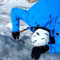 <strong>Bergsteiger dreht eine Eisschraube in das Gletschereis und baut einen Sicherungspunkt (Abalakov-Eissanduhr) zum Abseilen oder Sichern im Eis</strong><span class=>© Christoph Puggl</span>