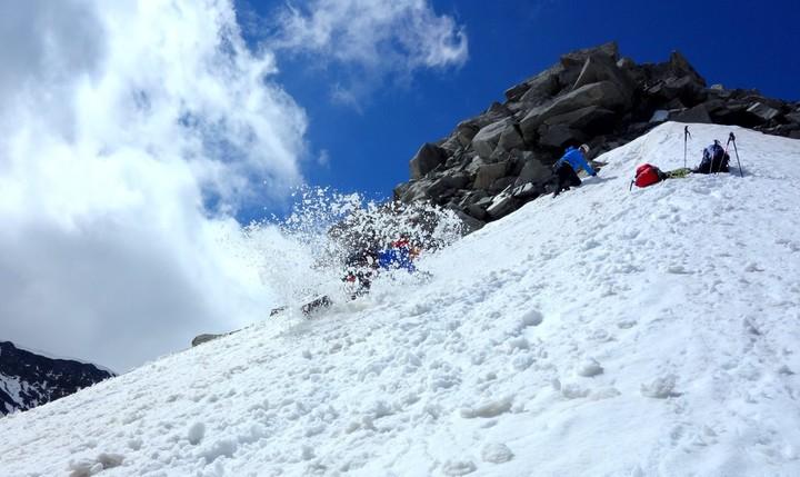 <strong>Bergsteiger übt das rutschen bzw. das Bremsen auf einem Firnfeld im Gebirge mit und ohne Pickel in der Hand</strong><span class=>© Christoph Puggl</span>