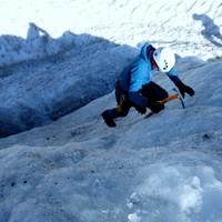 <strong>Eiskletterer steigt über einen Eisaufschwung mit einem Pickel und der Frontalzackentechnik - Ankertechnik empor</strong><span class=>© Christoph Puggl</span>