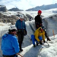 <span><strong>Standplatzbau im Eis wird von Christoph gezeigt und von allen KursteilnehmerInnen geübt</strong></span><span class=>© Christoph Puggl</span>