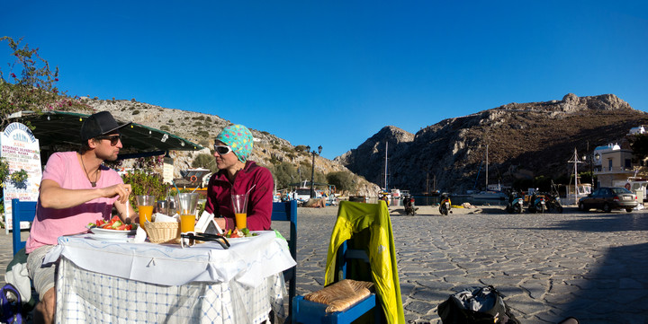 <strong>Lisa und Christoph genießen das griechische Essen in einem gemütlichen kleinen Restaurants bei den letzten Sonnenstrahlen des Tages</strong>© Timo Moser