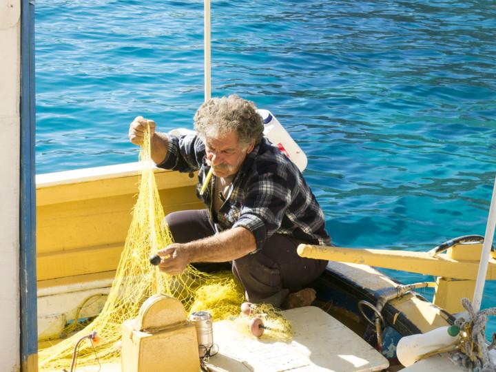 <span><strong>Unser Kapitän hat während unserer Spielereien seine Netze in einer seelen Ruhe repariert</strong></span><span>© Timo Moser</span>