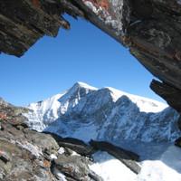 <span><strong>Johannesberg durch ein Felsenfenster am Kastengrat.</strong><span class=>© Wolfgang Wiesner</span></span>