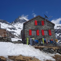 <strong>Die Valsoreyhütte, wie ein Adlerhorst unter dem Grand Combin</strong><span class=>© Felix Autor</span>