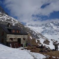 <strong>Die Chanrionhütte mit einladender Liegewiese</strong><span class=>© Felix Autor</span>