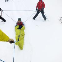 <span><strong>Abtransport nach Knieverletzung mit der Biwaksackschleife</strong></span><span class=>© Timo Moser</span>