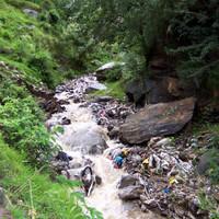 <strong>Müllwahnsinn im Bachbett</strong><span class=>© Timo Moser</span>