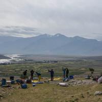 <strong>Zeltaufbau an einem Neuen Ort in der Nähe von Sani - nach dem Erfolglosen Versuch zu unserem eigentlich geplanten Basecamp zu kommen</strong><span></span><span class=>© Lorin Etzl</span>