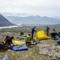 <strong>Die Zelte waren schnell aufgestellt und die Motivation für ein neues Ziel gefunden</strong><span class=>© Lorin Etzl</span>
