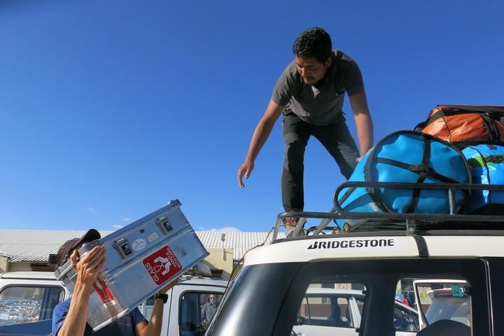 <strong>Der Jeep wird mit unserem Material beladen</strong><span class=>© Babsi Vigl</span>