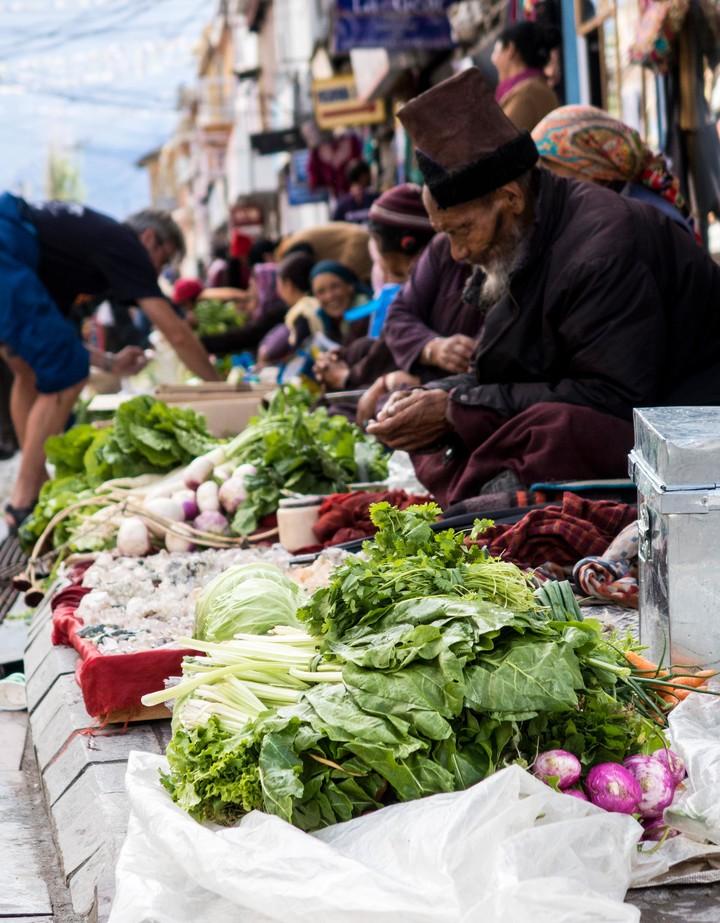 <strong>GemüseverkäuferInnen in der Einkaufsstrasse von Leh</strong><span class=>© Timo Moser</span>