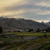 <strong>Padum mit seinen gold-grünen Gerstenfeldern und den vergletscherten Bergen im Hintergrund</strong><span class=>© Lorin Etzl</span>