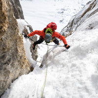 <strong>Felix steigt im flotten Spreizschritt die erste Eisverschneidung nach.</strong><span class=>© Timo Moser</span>