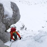 <strong>Felix genießt die Meter im Eis und Fels bei Traumhafter Kulisse im Tennengebirge.</strong><span class=>© Timo Moser</span>