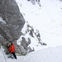 <strong>Blick zurück aus der 7ten Seillänge - das Eis wird von den Schneebändern geschickt versteckt.</strong><span class=>© Timo Moser</span>