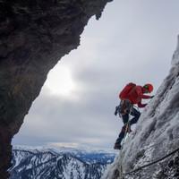 <strong>Weiterweg von einer gemütlichen Felsnische aus über Glasuren und Eisvorhänge.</strong><span class=>© Felix Autor</span>